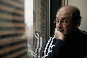 """Salman Rushdie niegrzeczny, ale przyjemny. Słynny pisarz w poniedziałek 27 listopada w siedzibie """"Wyborczej"""" i w Teatrze Powszechnym"""