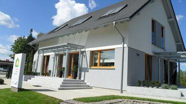 Pokazowy energooszczędny dom pasywny w Stawigudzie . Od strony południowej zastosowano okna, które pochłaniają jak najwięcej energii słonecznej