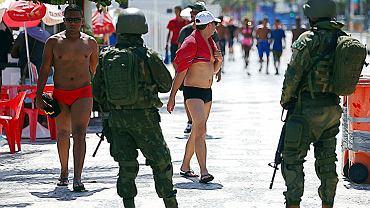 Patrole na plaży w Rio. Kule ze strzelanin między gangami narkotykowymi i siłami bezpieczeństwa sięgają wielu przypadkowych ofiar