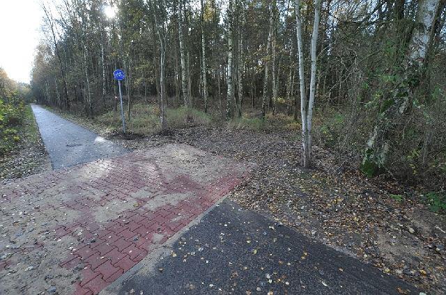 Droga rowerowa w Nowym Warpnie. Już bez barierek na skrzyżowaniach z gruntowymi i leśnymi drogami