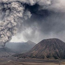 Erupcja wulkanu w Indonezji. S�u�by szukaj� prawie 400 turyst�w