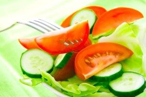 Pomidor z ogórkiem, herbata z cytryną. Jakich produktów nie powinno się łączyć?