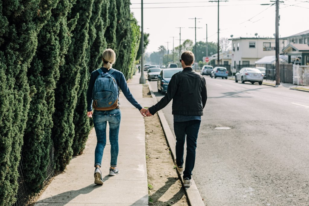 Nie jest tak, że powinniśmy na pierwszą randkę przyjść z listą kluczowych pytań o plany na przyszłość, poglądy na małżeństwo czy posiadanie dzieci, ale warto o nich pamiętać, mieć je z tyłu głowy i zadawać dyskretnie w stosownych momentach (fot.: pexels.com)