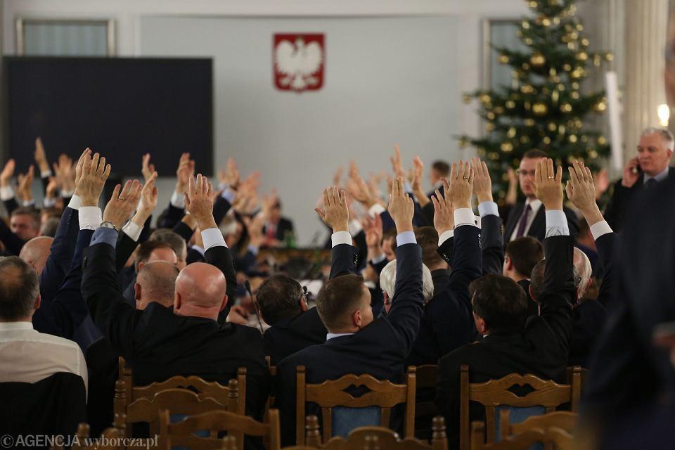 PiS może teraz wszystko. Nikt nie ma pewności, czy podczas piątkowych głosowań w Sali Kolumnowej Sejmu było kworum, czyli 231 posłów. Nie wiemy, jak wyglądały głosowania i liczenie głosów
