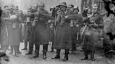 Policjanci w rynsztunku bojowym z maskami przeciwgazowymi sfotografowani w listopadzie 1931 r. Przeznaczone do rozpraszania demonstracji Rezerwowe Oddziały Policji Państwowej zostały utworzone w grudniu 1923 r. wkrótce po krwawych zamieszkach w Krakowie. W 1936 r. władze dysponowały siedmioma kompaniami ROPP, z których trzy stacjonowały w warszawskim Golędzinowie, a pozostałe w Częstochowie, Lwowie, Poznaniu i Krakowie. 'Golędzinów' liczył 320-360 policjantów uzbrojonych m.in. w granaty gazowe. Policja dysponowała też armatką wodną wyprodukowaną przez zakłady Ursus