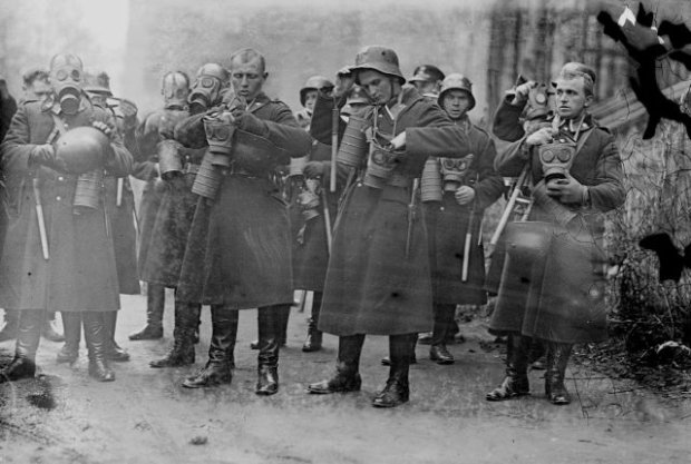 Policjanci w rynsztunku bojowym z maskami przeciwgazowymi sfotografowani w listopadzie 1931 r. Przeznaczone do rozpraszania demonstracji Rezerwowe Oddziały Policji Państwowej zostały utworzone w grudniu 1923 r. wkrótce po krwawych zamieszkach w Krakowie. W 1936 r. władze dysponowały siedmioma kompaniami ROPP, z których trzy stacjonowały w warszawskim Golędzinowie, a pozostałe w Częstochowie, Lwowie, Poznaniu i Krakowie.