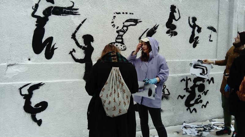 Malowanie muralu na ogrodzeniu dawnej elektrowni na Powiślu / fot. Magdalena Dubrowska