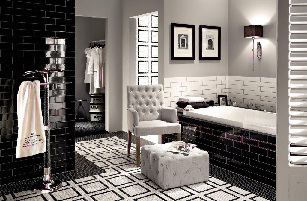 Czarno-biała kolorystyka nadaje łazience elegancji.