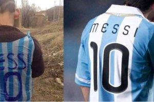 Ch�opiec z Iraku zrobi� koszulk� Messiego z plastikowej torby! Chc� go znale�� i...