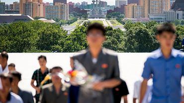 Korea Północna to lider światowego rankingu niewolnictwa - podał Global Slavery Index. Na zdjęciu: składanie kwiatów pod pomnikiem tamtejszych najwyższych przywódców. Pyongyang, 7 lipca 2018