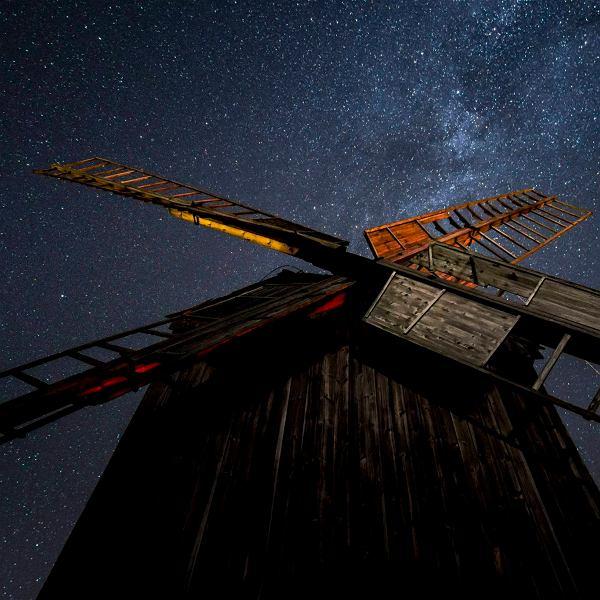 Moraczewo w okolicach Lednogóry. Wiatraki na tle nocnego nieba z drogą mleczną