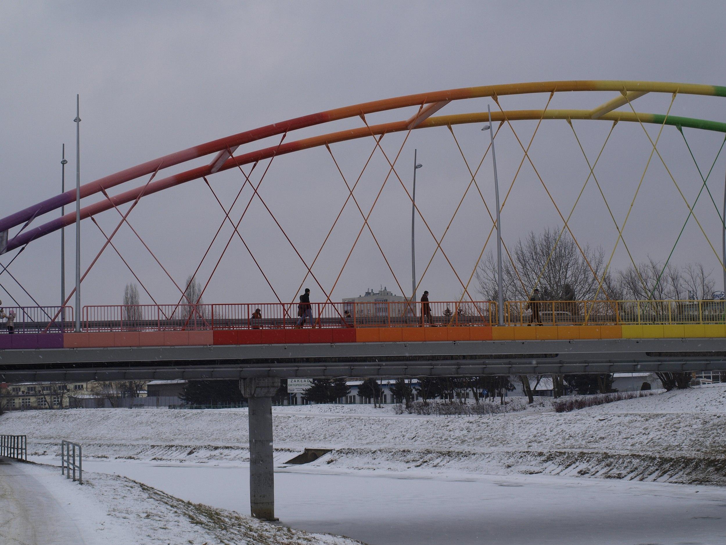 Most Narutowicza wciąż wzbudza wśród mieszkańców sporo kontrowersji ze względu ma skojarzenia z tęczą (fot. Mateusz Witkowski)