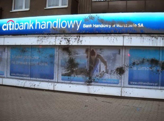 Anarchi�ci zniszczyli witryny trzech bank�w w Warszawie
