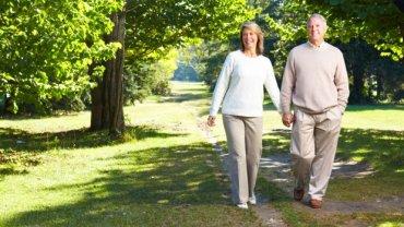 Spacer to wyjątkowo korzystna, wciąż niedoceniana aktywność fizyczna osób starszych