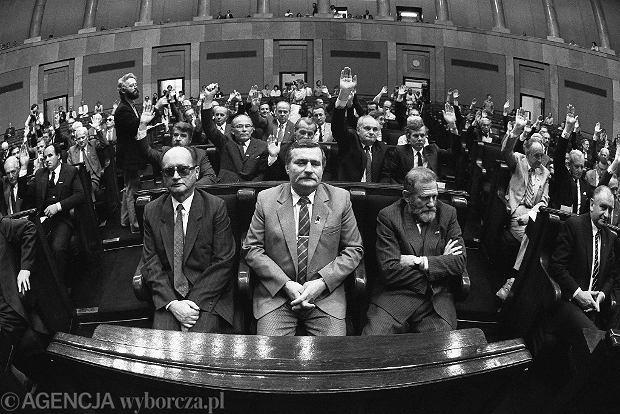 Z Lechem Wałęsą i prof. Bronisławem Geremkiem podczas pierwszego posiedzenia Senatu, 04.07.1989