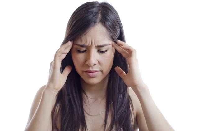 Pierwsze dolegliwości, które mogą zwiastować gruczolaka to ucisk w okolicy nerwu wzrokowego, znacznie zmniejszający pole widzenia. Część chorych skarży się również na bóle głowy