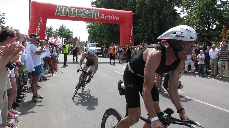 Po pływaniu zawodnicy ruszają na trasę rowerową.