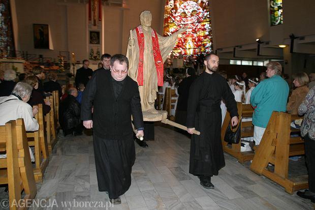 17 kwietnia. Kanonizacja Andrzeja Boboli. Na zdjęciu przeniesienie jego relikwii