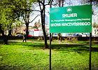Pomnik Kaczy�skiego dzieli radnych. Awantura na sesji