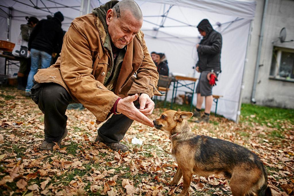 Krzysztof Majchrzak podczas pracy na planie filmu 'Las, 4 rano' (fot. Tomasz Stańczak / Agencja Gazeta)