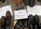 Buty papie�a Franciszka w�r�d innych na Placu Republiki w Pary�u