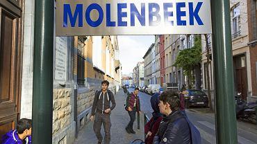 Uczniowie czekający przed szkołą w Molenbeek-Saint-Jean, listopad 2015