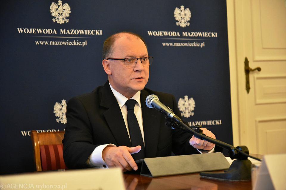 Wojewoda Mazowiecki Zdzisław Sipiera podczas konferencji prasowej na temat dekomunizacji ulic w Warszawie (listopad 2017 r.)