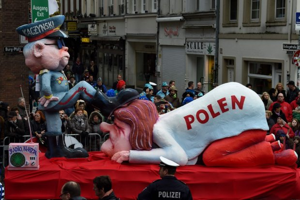 Wielka karykatura Kaczyńskiego i ciemiężonej przez niego Polski na paradzie w Düsseldorfie