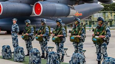Żołnierze Chińskiej Republiki Ludowej podczas uroczystości otwarcia roku akademickiego w wyższej szkole lotniczej w Changchun, 30 sierpnia 2018 r.