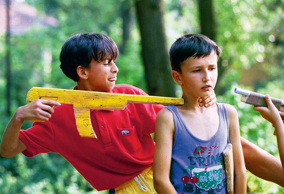 Bośnia, 1995. Dzieci bawią się w wojnę