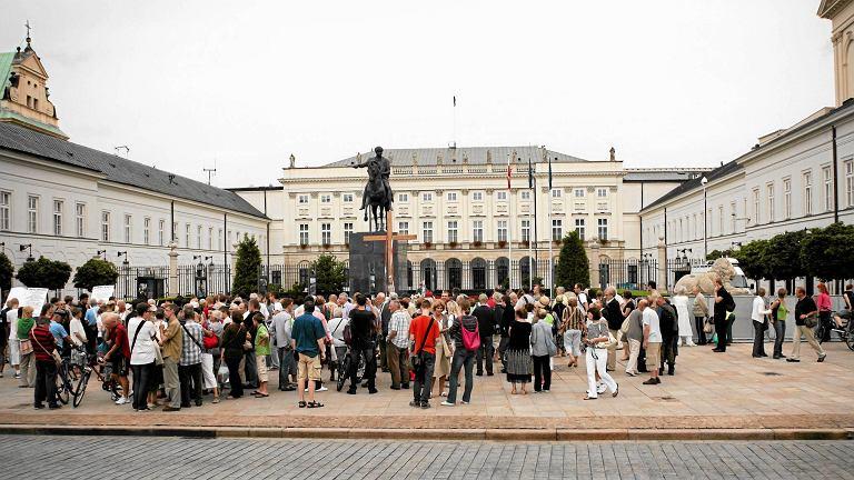 W PiS mówią, że pomnik smoleński stanie przed Pałacem Prezydenckim, bo to miejsce wybrał naród. Na zdjęciu: 4 sierpnia 2010 r.