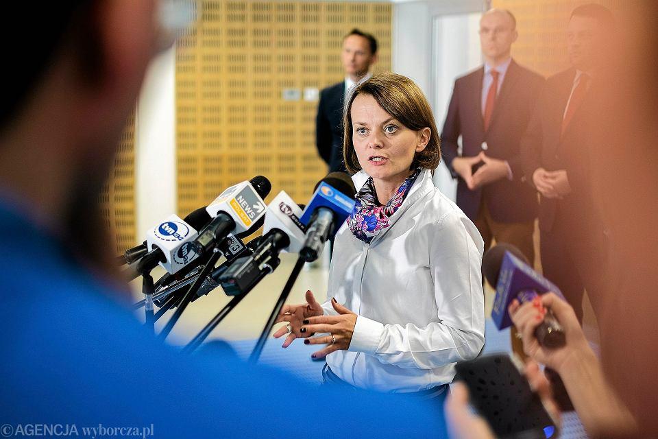 Wiceminister rozwoju Jadwiga Emilewicz podczas konferencji prasowej na temat założeń Polskiej Strategii Kosmicznej. Rzeszów-Jasionka, 12 września 2016 r.