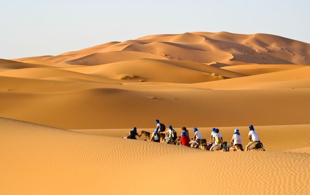 Karawana turystów idzie przez Saharę, Maroko / fot. Shutterstock