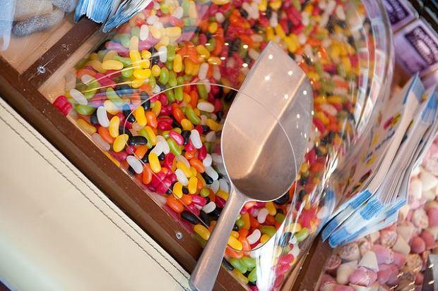 Na łopatkach i słodyczach kupowanych na wagę są różne bakterie, kurz, naskórek, włosy