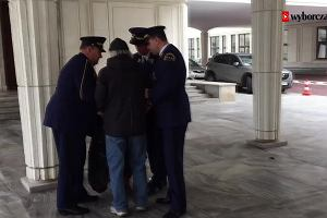 Ostra interwencja pod Sejmem. Cz�onkowie inicjatywy obywatelskiej Obywatele RP zatrzymani przez stra� marsza�kowsk�