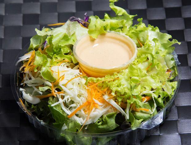 Jak mówi dietetyczka sałatka zawsze będzie zdrowsza od burgera, pod warunkiem, że nie zalejemy ją nadmiarem sosu.