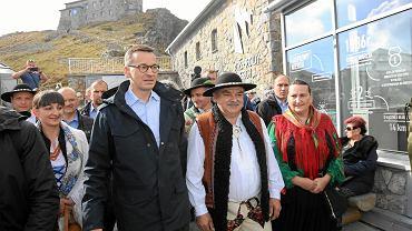 Mateusz Morawiecki i radny województwa małopolskiego Jan Piczura podczas konferencji prasowej na Kasprowym Wierchu