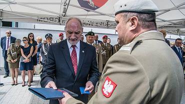 Honorową odznakę wręczył szefowi MON dowódca jednostki