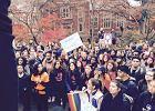Demonstracje, wstrzymane egzaminy, porady psychologa - tak amerykańskie szkoły i uczelnie zareagowały na wygraną Trumpa