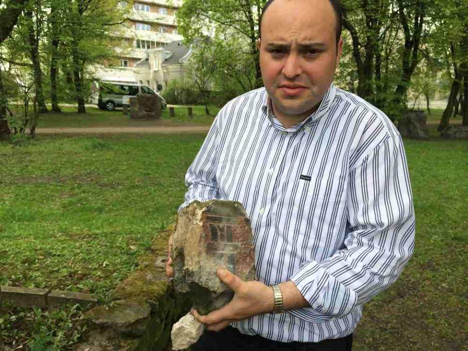 Jonny Daniels z kawałkiem macewy w Parku im. Jana Szypowskiego 'Leśnika'