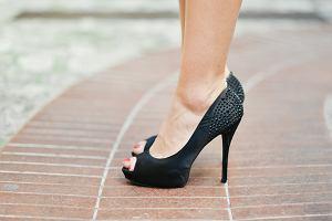Jakie buty wybrać, by wyszczuplić nogi? Wcale nie szpilki! Modne propozycje na lato