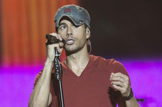 Enrique Iglesias wciąż koncertuje i ma się dobrze. A raczej miał, dopóki nie postanowił złapać drona.