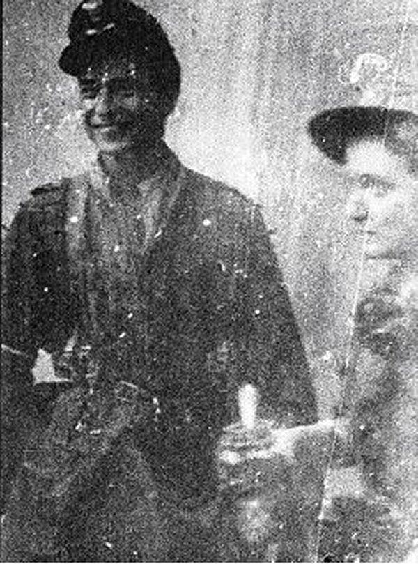 Porucznik Zbigniew Ścibor-Rylski 'Motyl' (ur. w 1917 r.) na zdjęciu z pierwszych dni powstania. Dowódca kompanii w batalionie 'Czata 49'. Na kapitana został awansowany tuż przed desantem na pl. Bankowy.