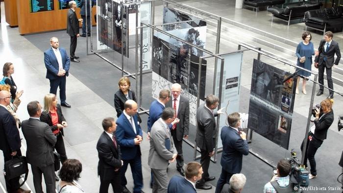Otwarcie wystawy w Bundestagu: Norbert Lammert, Marek Kuchciński, parlamentarzyści