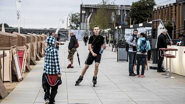 Bulwary nad Wisłą przy dobrej pogodzie pełne są biegaczy, rowerzystów, rolkarzy i skejtów