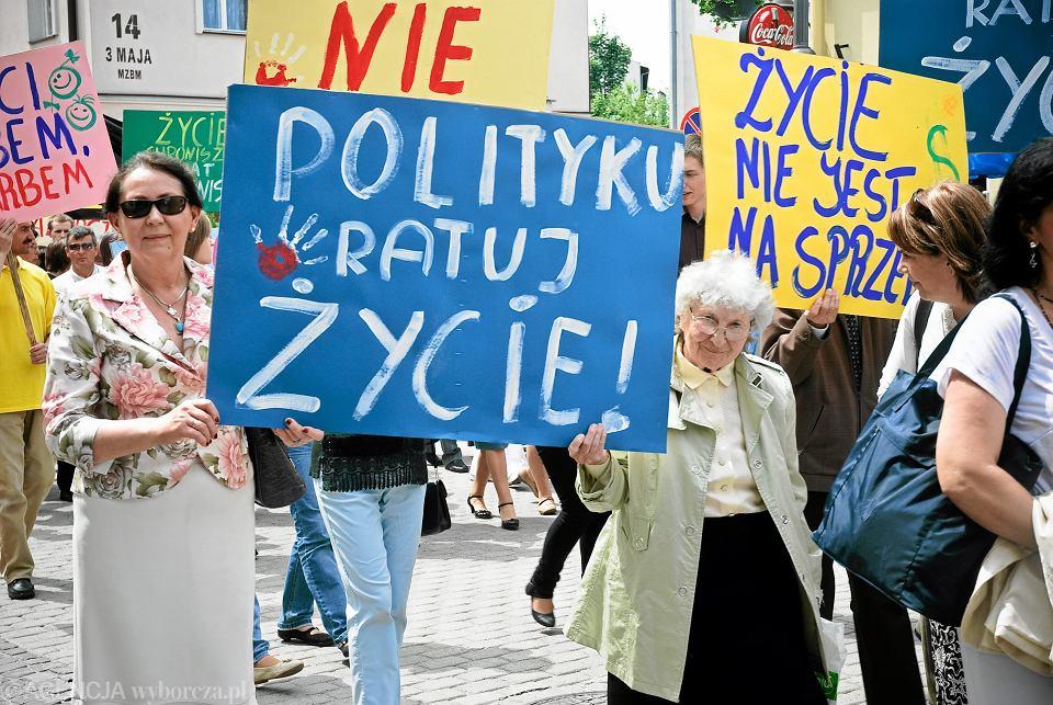 Protest z hasłami przeciw aborcji i eutanazji w Polsce w 2010 r.
