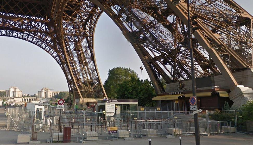 Płot u podstawy Wieży Eiffela