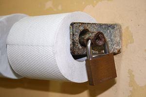 Pokaż swoją twarz w publicznym WC, a dostaniesz papier toaletowy