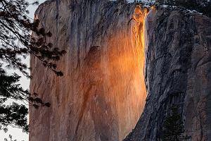 """Wodospad ognia: Raz w roku jego wody zamieniają się w """"potok lawy"""" [NIEZWYKŁE ZDJĘCIA]"""