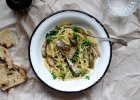 Jedzenie na czasie: spaghetti z w�dzonymi szprotkami i kaparami